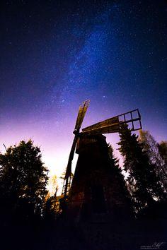 Tältä näytti talonpoikaismiljöö 1700-1800-luvulla. Kreivilän ulkomuseon mäellä on nähtävillä mamselli-tyylinen tuulimylly, myllärin torppa, aittoja, sudenkuoppa yms. Alueelle on vapaa pääsy ja sinne pääsee hyvin autolla joille on pysäköintipaikka ihan  alueen vierellä.  http://www.naejakoe.fi/nahtavyydet/kreivinmaen-ulkomuseo/ #Salo #historia #mylly #kreivinmäki #halikko