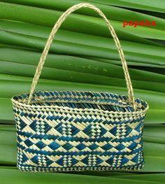 x Kete Whakairo are hand-woven baskets decorated with geometric patterns. Kete presented on this page are designed to be used as hand or shoulder bags with sturdy handles made from Whi… Flax Weaving, Weaving Art, Basket Weaving, Hand Weaving, Woven Baskets, Woven Bags, Tapestry Weaving, New Zealand Flax, Maori Designs