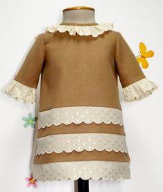 Vestido para bebe niña en paño camel y adornado con tirabordada beige. Forrado.