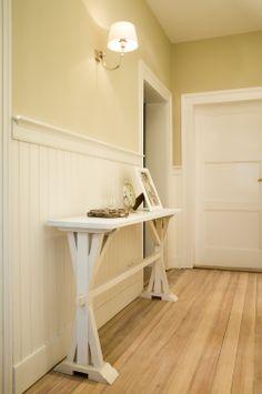 Wohlfühlen garantiert, freundlicher Eingangsbereich - dunkler Holzboden passt perfekt zu den cremefarbenen Wandpaneelen!