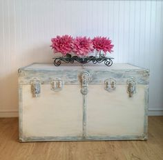 Metal steamer trunk gets a romantic new look with chalk paint, distressed details and two colors of wax. Antique Trunks, Old Trunks, Trunks And Chests, Upcycled Furniture, Painted Furniture, Diy Furniture, Home Design Diy, Diy Home Decor, Old Trunk Redo