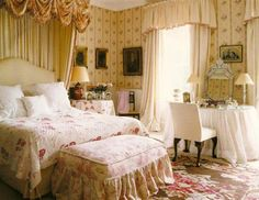 [This room makes me happy!] Eye For Design: Decorate Your Home In English Style English Style, English Country Manor, French Style, English Interior, English Decor, Traditional Bedroom Decor, Traditional Homes, Traditional Kitchens, Guest Bedrooms