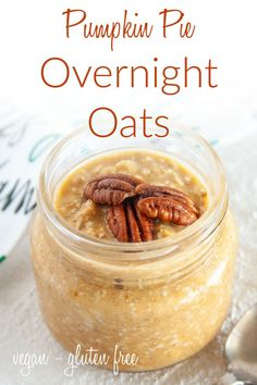 Pumpkin Pie Overnight Oats (vegan, gluten free) - These healthy recipe are perfect for busy mornings. Made the night before to make life easier! #overnightoats #pumpkinovernightoats Vegan Lunch Recipes, Healthy Eating Recipes, Delicious Vegan Recipes, Vegan Desserts, Brunch Recipes, Real Food Recipes, Vegan Snacks, Free Recipes, Dessert Recipes