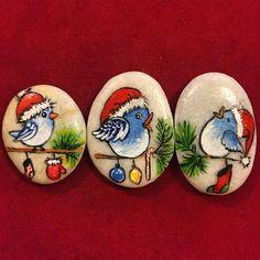 Sassi dipinti con uccellini natalizi