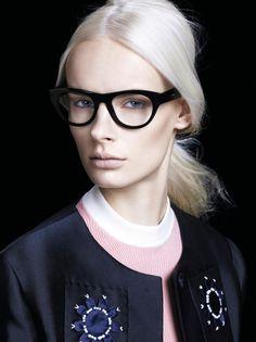 schminken-mit-brille-bisneslook-schwary-rahmen-dick-blond-frau-hell