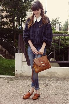 スキニージーンズを合わせたノスタルジックなスタイリング。  バッグの色をローファーと合わせると間違いないですね。