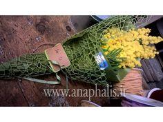 #MAZZOLINO#MIMOSA CON #TARGHETTA INCARTONCINO E FELTRO. info@anaphalis.it Flower Designs, Wedding Planner, Bouquet, Vegetables, Flowers, Feltro, March, Bouquets, Gift