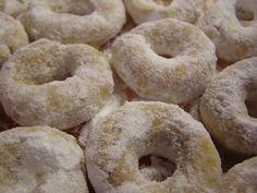 V mléce s cukrem necháme vzejít kvasnice. Do proseté mouky rozdrobíme máslo, přidáme ořechy, nastrouhanou citrón. kůru a šťávu, anýz a vzešlé...