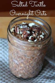 Salted Turtle Overnight Oats (Chocolate, Dates, and Pecans) – Organize Yourself Skinny Salted Turtle Overnight Oats recipe. Oats in a jar recipe with dates, pecans, and chocolate. Overnight Oats Chocolate, Easy Overnight Oats, Overnight Oats Almond Milk, Overnight Porridge, Protein Overnight Oats, Chocolate Oats, Mason Jar Meals, Meals In A Jar, Mason Jars