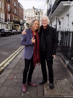 Kirk Hammett with the one and only, Mr Jimmy Page of Led Zeppelin. Heavy Metal Music, Heavy Metal Bands, Kirk Metallica, Metallica Music, Led Zeppelin Members, Kirk Hammett Guitars, Pictures Of Rocks, Best Guitarist, We Will Rock You