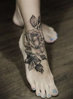 Fleur tatouage rose cheville femme