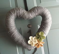 lots of ideas for yarn wreaths...love the heart one!
