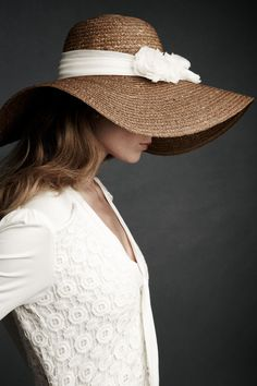 Floppy hats are so lovely in the summer. I love wearing my big floppy hat and posh sunglasses. Beauty And Fashion, Look Fashion, Womens Fashion, Dress Fashion, Fashion Models, Robes D'inspiration Vintage, Ethno Style, Vintage Inspired Wedding Dresses, Floppy Hats