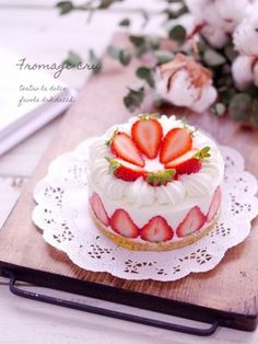 Cute Desserts, Beautiful Desserts, Strawberry Cakes, Strawberry Recipes, Sweet Recipes, Cake Recipes, Dessert Recipes, Mini Cakes, Cupcake Cakes