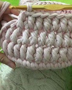 """455 Me gusta, 8 comentarios - rose oliveira (@roseoliveira_tartes) en Instagram: """"Um ponto lindo para cestinhos com fio de malha...by @gizihandmade #vídeoaulas #crochet #trapillo…"""""""