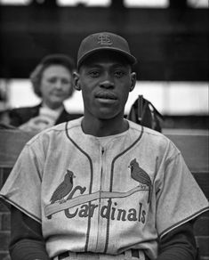The first African American to play for the Cardinals (1954) St Louis Cardinals Baseball, Stl Cardinals, Baseball Players, Baseball Hats, Cardinals Players, American League, Black History, Mlb, African