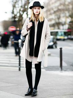 Oversize Mantel und schwarze Basic-Acccessoires - der perfekte Streetstyle.