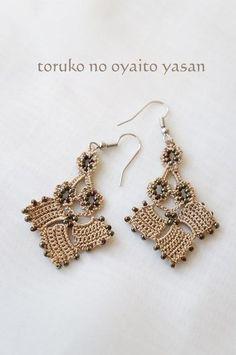 Oya crochet earrings, but I'm thinking block tatting. Crochet Jewelry Patterns, Crochet Earrings Pattern, Tatting Patterns, Crochet Accessories, Crochet Motif, Crochet Designs, Crochet Flowers, Knit Crochet, Tatting Earrings