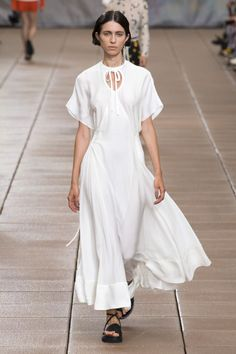 See all the Collection photos from Phillip Lim Spring/Summer 2019 Ready-To-Wear now on British Vogue Fashion Week, New York Fashion, Runway Fashion, White Fashion, Trendy Fashion, Fashion Outfits, Modest Clothing, Modest Outfits, Vogue