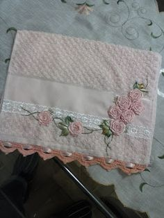 LOY HANDCRAFTS, TOWELS EMBROYDERED WITH SATIN RIBBON ROSES: Para bebê.