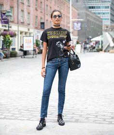 Street style descomplicado: looks com camiseta para se inspirar. Camiseta de banda, calça jeans skinny e bota preta estampada.