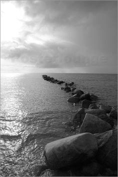 1 Seeblick - Schwarz Weiß Fotografie von Steinen (Wellenbrecher) an der Ostsee Insel Fehmarn.