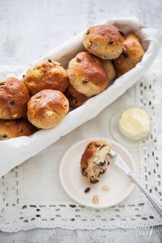 Kruidige krentenbollen met appel - Rutger Bakt Piece Of Bread, Dutch Recipes, Pretzel Bites, High Tea, Bread Baking, Cooking Tips, Bakery, Food Porn, Brunch