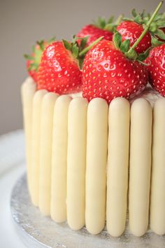 White Chocolate, Strawberry and Prosecco Cake Recipe - Globe Scoffers I definitely want to try this. Impress your friends with this delicious white chocolate, strawberry and prosecco cake. It's a real show stopper! Oreo Dessert, Brownie Desserts, Mini Desserts, White Chocolate Strawberries, White Chocolate Cake, Chocolate Finger Cake, Vegan Chocolate, Cupcakes, Cupcake Cakes