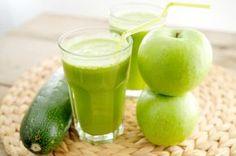 Groentesap en fruitsap maken is simpel, snel en ongelofelijk voedzaam. In een glaasje groene sap zitten veel meer vitamines en mineralen dan je op zou krijgen als tussendoortje.