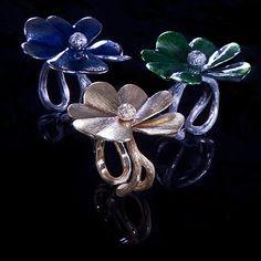 Sortijas, pulseras, alianzas, collares, pendientes, diamantes, perlas y piedras preciosas. Desde 1982, la joyería Vasari crea y diseña las más exquisitas colecciones de joyas.