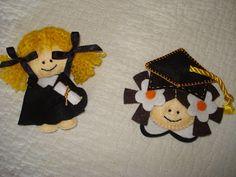 bonecos em feltro finalistas - Pesquisa Google Teddy Bear, Toys, Graduation, Animals, Gift, Shop, Ideas, Ribbons, Felt