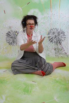 Welttag der #Seifenblasen: Die #CliniClowns nennen sie auch #Gesundheitskugeln - für praktisch alles! Dr. Elvira Ultraschmal testet gerade.