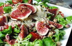 Gewoon wat een studentje 's avonds eet: Prachtig en zomers: Salade met vijg, rosbief, pistache, tomaat, Parmezaanse kaas, veldsla en balsami...