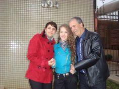 pai, mãe e filha  num dia especial