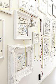 Fotolijstjes met tekstjes erin of juist lege fotolijstjes en daar met whiteboardstiften op schrijven