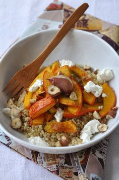 The Big Diabetes Lie- Recipes-Diet - potimarron rôti, ail en chemise sur lit de quinoa, chèvre et noisettes - Doctors at the International Council for Truth in Medicine are revealing the truth about diabetes that has been suppressed for over 21 years. Veggie Recipes, Healthy Dinner Recipes, Vegetarian Recipes, Salty Foods, Healthy Cooking, Food Inspiration, Love Food, Clean Eating, Food And Drink