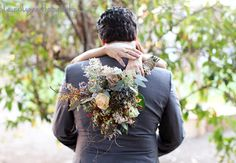 wedding bouquet pose #wedding #pose #bouquet #flowers #bride #groom
