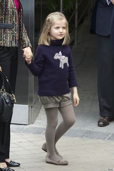 Princess Leonor, heiress to the throne of Spain, already has amazing style. Little Kid Fashion, Little Girl Outfits, Cute Little Girls, Kids Outfits, Tween Fashion, Baby Girl Fashion, Royal Fashion, Tween Mode, Girls Boutique