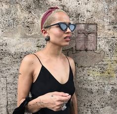 Rock the Cat-Eye Trend Like Ultimate Cool Girl Zoë Kravitz Get Zoe Kravitz's Cat-Eye Shades - Essence Black Girl Magic, Black Girls, Black Women, Zoe Kravitz Style, Zoe Isabella Kravitz, Buzz Cut Women, Eye Trends, Natural Hair Styles, Short Hair Styles