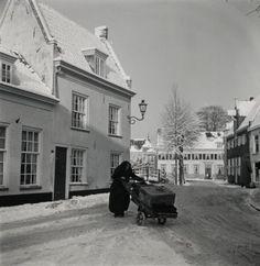Sneeuwgezicht van het Havik bij nummer 1, met een vrouw (waarschijnlijk een Spakenburgse visvrouw) achter een handkar.