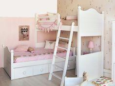 Un dormitorio coqueto con litera en ángulo
