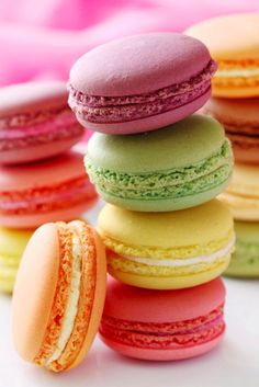 Macaroons are generally easier to do while macarons need more attention but can be a lot more elegant and lightly delicious if done right. French Macaroons, Pastel Macaroons, Valentines Day Desserts, Sweet Tooth, Bakery, Sweet Treats, Yummy Treats, Yummy Food, Tasty