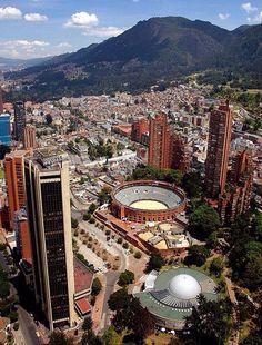 """Plaza de Toros """"La Santamaría"""", en primer plano el Planetario Distrital, ala derecha las Torres del Parque del Arq. Rogelio Salmona. Bogotá,D.C."""