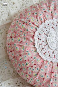 Kissen - Zauberhaftes rundes Kissen mit Häkeleinsatz - ein Designerstück von…