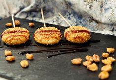 Piruletas de Mini Babybel y kikos Chefs, Galletas Ritz, Tapas, Babybel, Sweet And Salty, Caramel Apples, Mini, Baked Potato, Special Occasion