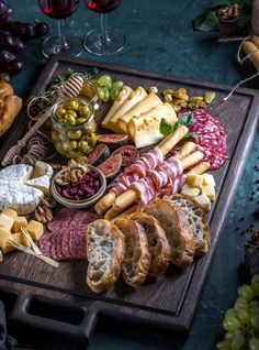 Charcuterie Recipes, Charcuterie And Cheese Board, Charcuterie Platter, Cheese Boards, Party Food Platters, Cheese Platters, Appetizers For Party, Appetizer Recipes, Gourmet Recipes