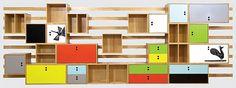 Estante Caruaru, de Marcelo Rosenbaum, é composta por ripas na parede e módulos pendurados | aU - Arquitetura e Urbanismo