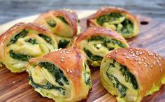 Kynuté trojúhelníčky se špenátem a feta sýrem Pastry Recipes, Cooking Recipes, Cooking Ideas, Egg White Breakfast, Spinach Rolls, Dessert Cake Recipes, Bread And Pastries, Dinner Rolls, Finger Foods
