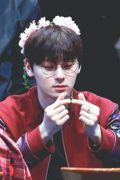 Minhyun Finger Heart