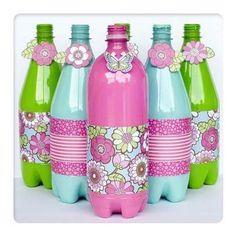 Ahorra dinero y reutiliza las botellas de plástico en la decoración de tu próxima fiesta. Ya sea como dulceros, botaneros o centros de mes...